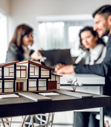 Personen planen Immobilie