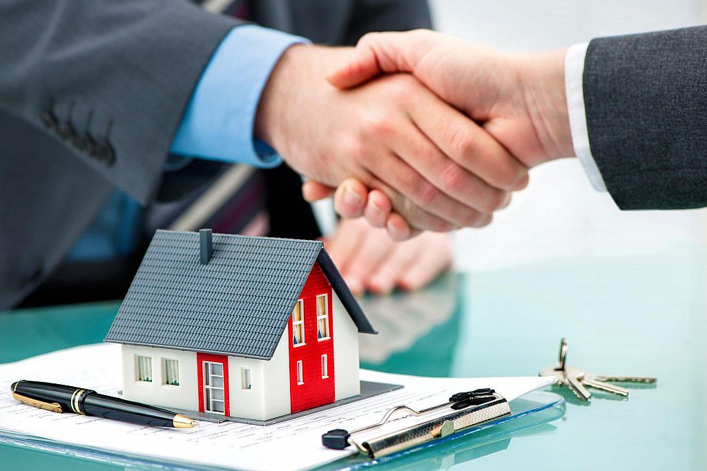 Vertragsunterzeichnung beim Immobilienverkauf in Stuttgart