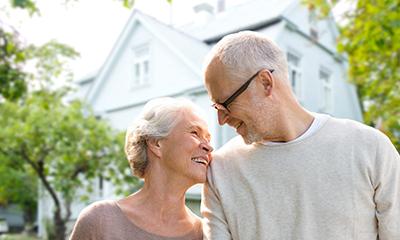 Ehepaar vor Immobilie