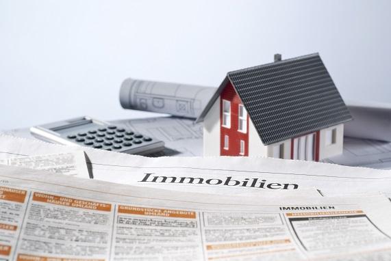 Immobilienverkauf als Zeitungsanzeige mit Makler
