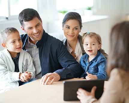 Famiie bei einem Makler