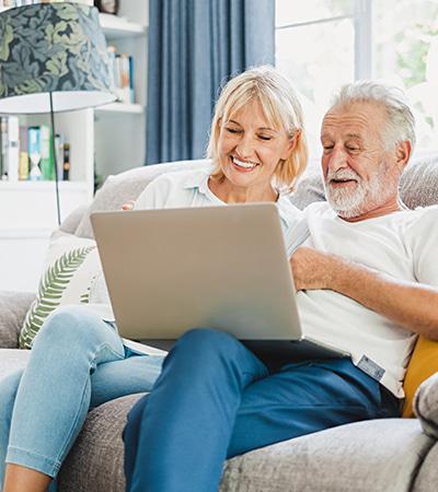 Paar vor dem Laptop bei der Wohnungssuche